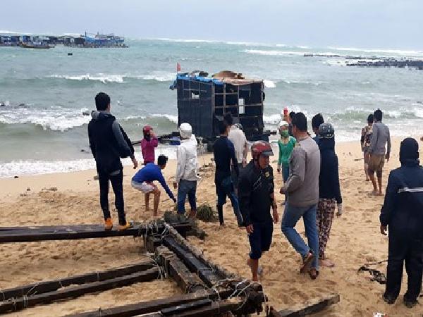 Người nuôi cá lồng bè ở đảo Phú Quý thiệt hại nặng do thời tiết