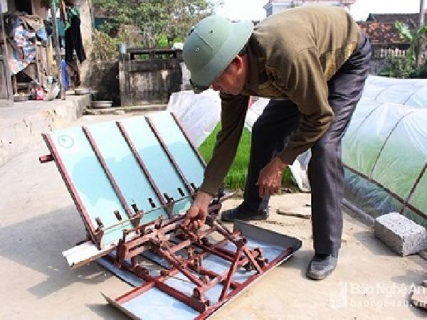 Nông dân Quỳnh Lưu lần đầu tiên sử dụng máy cấy bằng cơ