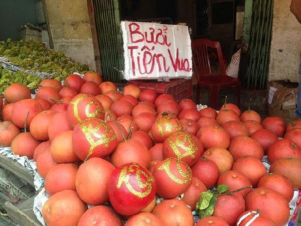Lạ mắt với bưởi Kỳ Đà 'khủng', dừa tài lộc đổ bộ chợ Tết Sài Gòn