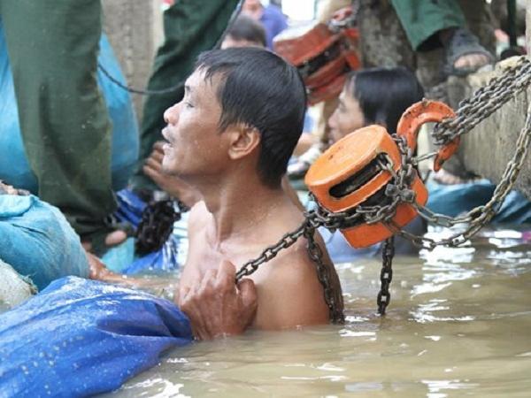 Xúc động với loạt ảnh người dân gồng mình đắp đê cứu 1.000ha lúa