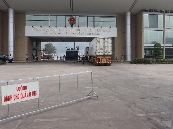 """Xe chở vải tươi được """"chạy đường riêng"""" nhanh nhất sang Trung Quốc"""