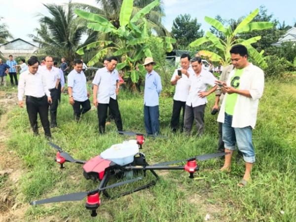 Lần đầu tiên có dịch vụ máy bay bón phân tại Vĩnh Long