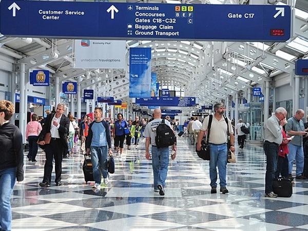 """Sống ở sân bay Mỹ suốt 3 tháng để """"trốn"""" COVID-19"""