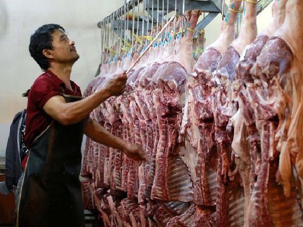 Giá heo hơi giảm sâu, thịt thành phẩm không chịu giảm: Ai đứng sau giữ giá?